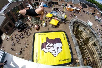 Waaghalzen opgelet: op dit enorme luchtkussen kun jij je zaterdag storten