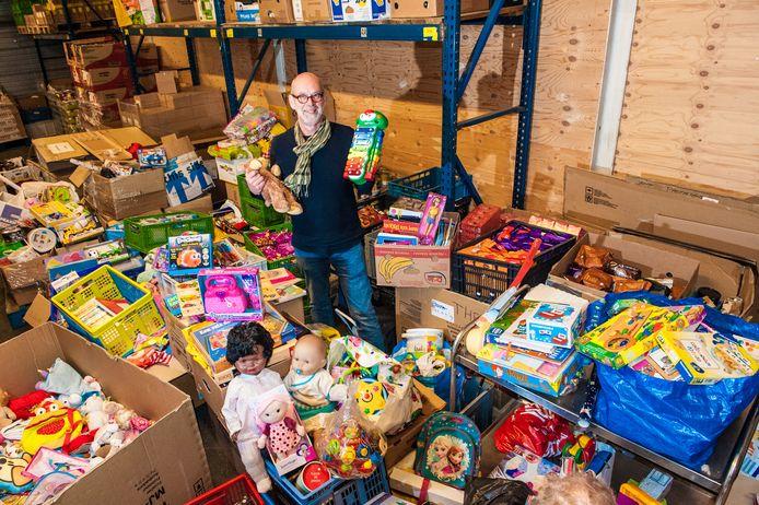 Gouda, Aart Snijders in en tussen dozen vol speelgoed wat voor Sinterklaas is aangeleverd aan de Voedselbank.