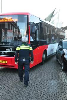 Bus klem in Waalwijk omdat auto deels op de weg geparkeerd staat