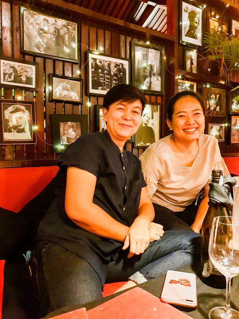 Hoteleigenaar Chantana Limsuwan (links) en haar vriendin. Beeld null