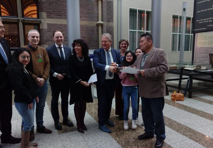James Salam (rechts) biedt zijn petitie aan aan Erik Ziengs, voorzitter van de Vaste Kamercommissie Binnenlandse Zaken. Op de foto verder onder andere Salams echtgenote (met spijkerbroek links) en dochters.