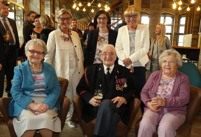 Antoon, met zijn vrouw, zus en drie kinderen, tijdens het feest, waarbij hij tot ereburger van de stad Ieper werd uitgeroepen.