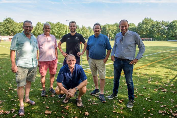 Staand van links naar rechts: Frans, Leo, Pieter, John en Paul van Kemenade. En op de voorgrond Peer van Kemenade. De familie speelt een prominente rol bij vv Acht.
