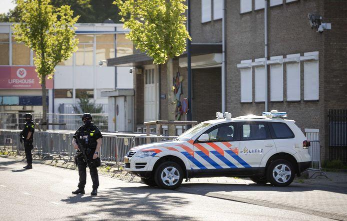 Beveiliging bij de extra beveiligde gerechtsbunker in Amsterdam-Osdorp.