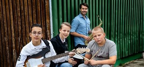 Ondanks corona, maar dankzij YouTube, konden honderd kinderen toch optreden met hun schoolband