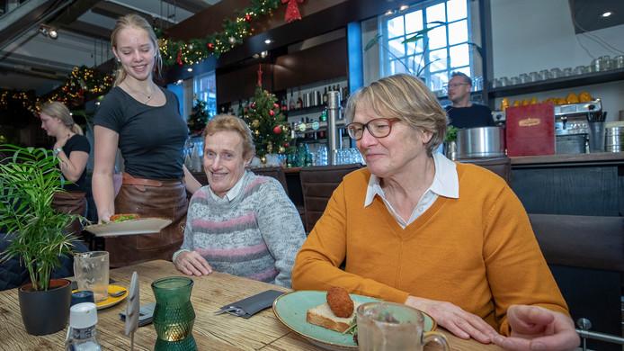 Els Batelaan (links) en Nel Teeuwen, beiden uit Oudewater, hebben even tijd gevonden voor een eenvoudige lunch in Woerden. De oud-collega's kiezen vandaag voor Bij Petrus.