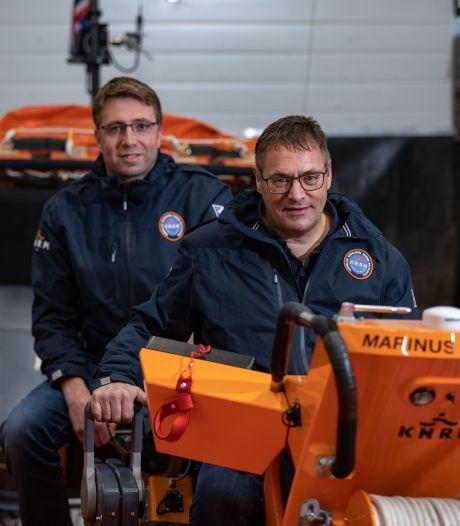 Urker KNRM-voorman Dirk Korf geeft schipperspet na 32 jaar door: 'Je gaat als broers met elkaar om'