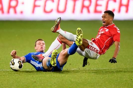 Damon Mirani van Almere City FC in duel met speler Patrick Joosten van Jong FC Utrecht (rechts).