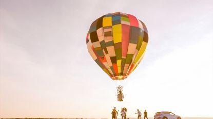 Staf en Mathias maken van 100 tentjes 1 luchtballon