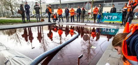 De straat van de toekomst ligt in Deventer. En vandaag werd hij expres onder water gezet