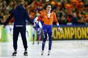 Patrick Roest reageert na de 5000 meter met coach Jac Orie op de tweede dag van de EK Afstanden in Thialf.