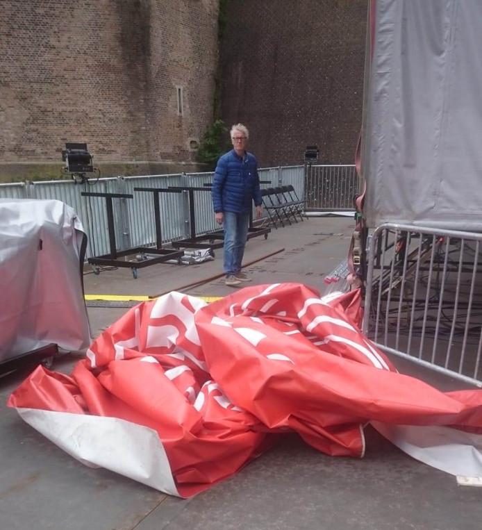 Het als gevolg van de storm afgescheurde zeildoek van het Spanjaardsgat Festival.