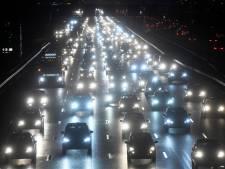 Scheef staande lichtmast op A12 zorgt voor lange vertraging richting Woerden