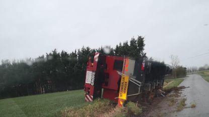 Kraan van 20 ton kantelt in berm, takelwerken zullen uren duren