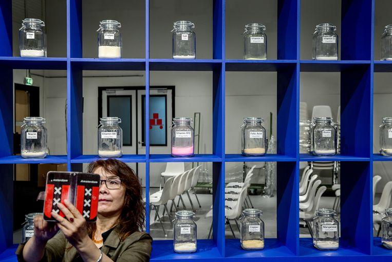 Een bezoeker van wetenschapsmuseum NEMO fotografeert zichzelf bij een kast met 'bouwstenen' voor het eten van de toekomst. Beeld Jean-Pierre Jans