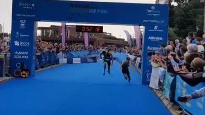 Geweldige beelden: Marten Van Riel wint triatlon in Funchal na millimetersprint