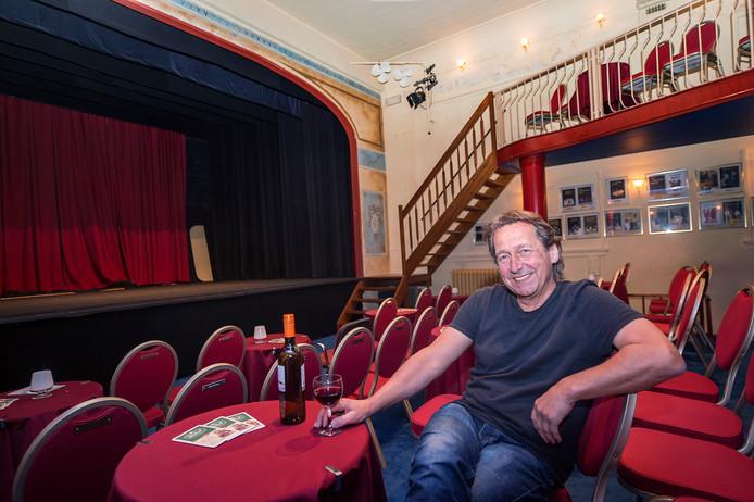 Joop van der Linden in zijn knusse Theater Het Hof in het Arnhemse Spijkerkwartier.