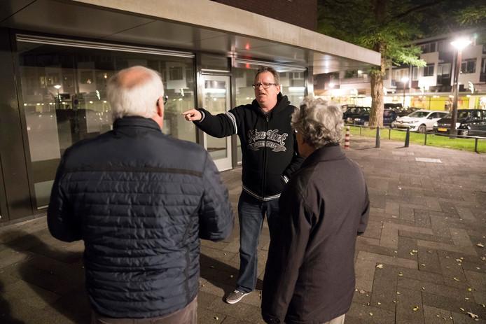SP-gemeenteraadslid Dave van de Ven (midden) hoort tijdens een avond rondwandelen in de wijk Selissenwal in Boxtel een litanie aan overlastklachten aan.