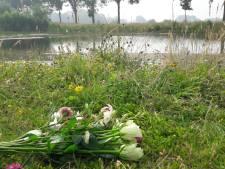 Bloemen voor verdronken Robel (7) neergelegd bij vijver in Overdinkel