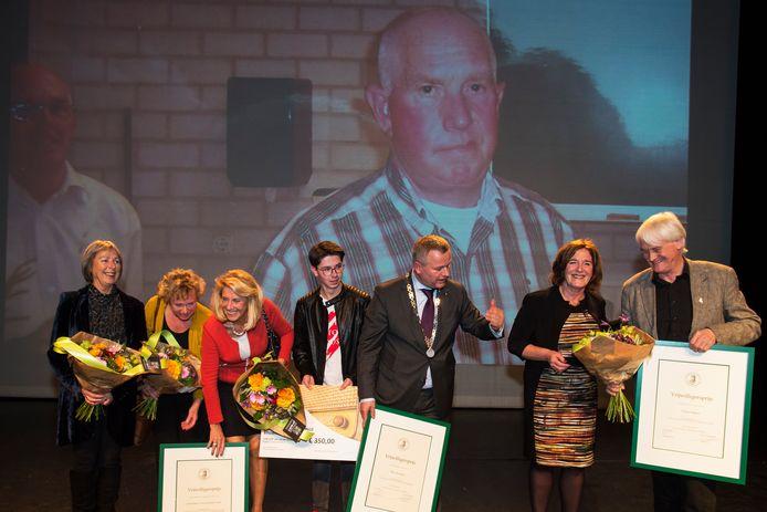 Goirle heeft al langer een vrijwilligersprijs, hier een archieffoto waar burgemeester Mark van Stappershoef de prijs overhandigd aan KVG Vrouwengilde, Jur van Gestel en Theo Smulders op de achtergrond.