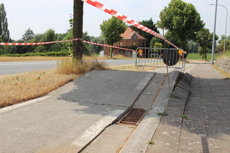 Het fietspad in de Zonnestraat is bezweken onder de hitte.