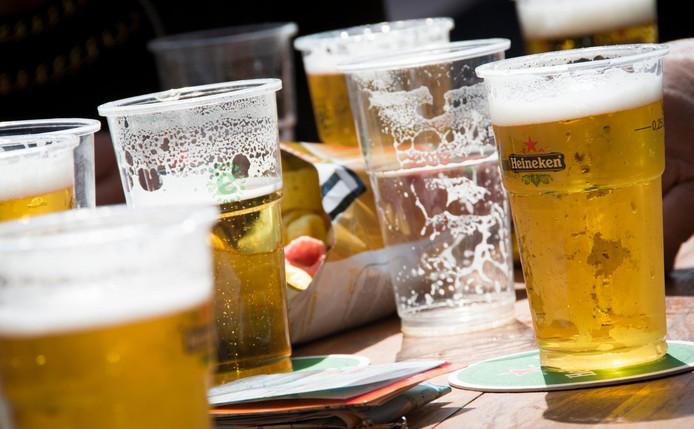 2014-04-26 13:28:11 AMSTERDAM - Er wordt weer veel bier gedronken op de eerste Koningsdag. Honderdduizenden vieren het feest in de hoofdstad. ANP LEX VAN LIESHOUT