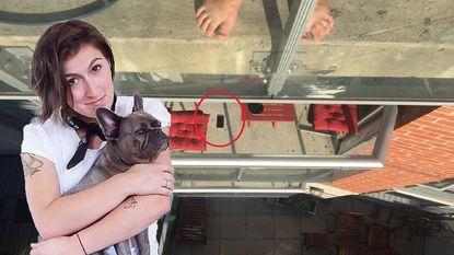 Liz laat iPhone vallen op balkon van flat onder haar. Haar buren zijn niet thuis en daarom gaat ze over tot drastische maatregelen