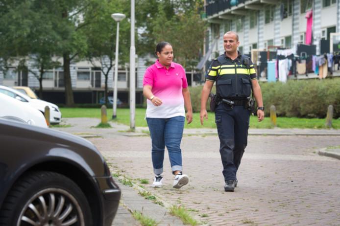 Wijkagent Mustafa Celik en bewoonster Rajae Ajjouri  lopen een rondje door de Nijmeegse wijk de Meijhorst.