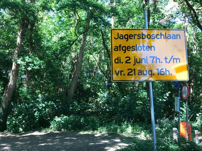 De rechter heeft de verharding van de Jagersboschlaan in Vught tijdelijk stilgelegd. Volgende week dient het kort geding.
