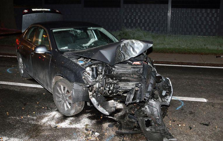 De voorkant van de auto is volledig vernield.