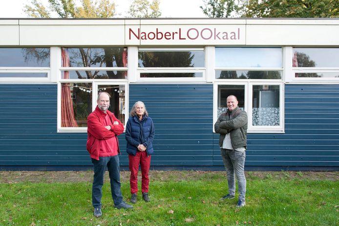 Het bestuur van Stichting Vrienden van Loo bij buurthuis NaoberLOOkaal. Eind december begint de duurzame sloopt. Van links naar rechts: Karel Maas Geesteranus, Renée Maas Geesteranus en Rick Oudenampsen.