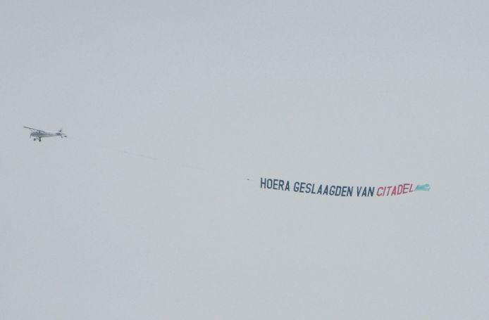 Het Citadel College in Nijmegen heeft een reclamevliegtuig ingehuurd om de geslaagden te feliciteren.