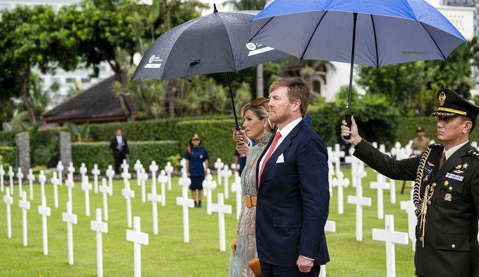 Koning Willem-Alexander en koningin Maxima leggen een krans op het Nederlandse ereveld in Jakarta.