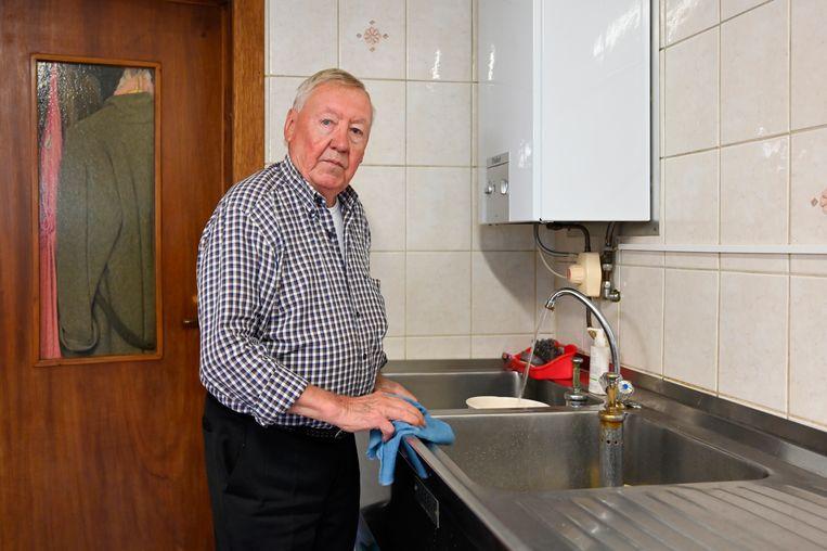 Behelpen met grondwater, dat is voor Louis Van der Straeten (82) nooit anders geweest. Samen met de andere bewoners van Nieuw Kwartier wil hij in de toekomst leidingwater.