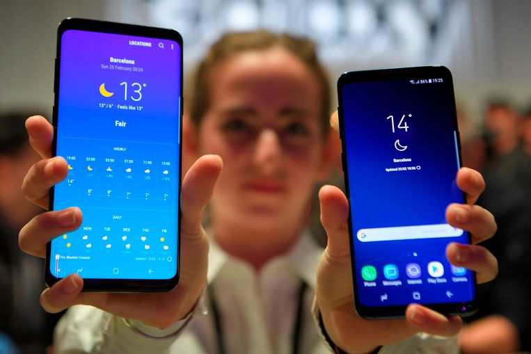 Een vrouw toont de Samsung Galaxy S9 Beeld AFP