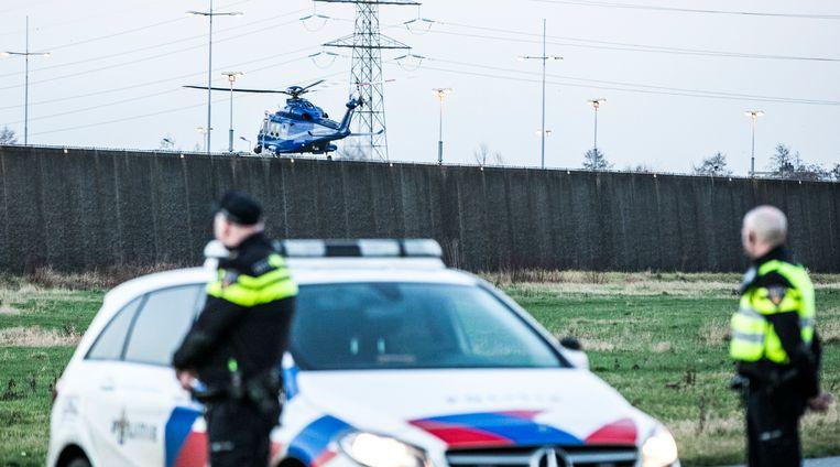 Een politiehelikopter vertrekt van de binnenplaats van de gevangenis. Beeld ANP