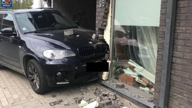 Bestuurder (19) die vorig jaar dodelijk ongeval veroorzaakte knalt met zware BMW tegen appartement