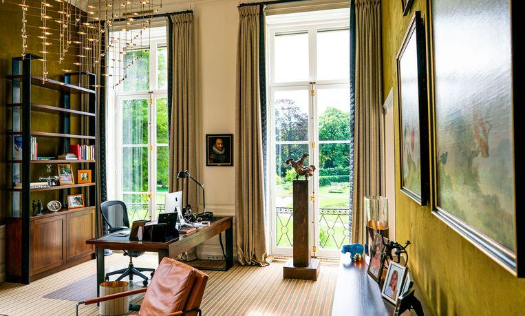 De werkkamer van Koning Willem-Alexander in Paleis Huis ten Bosch.  Beeld Freek van den Bergh