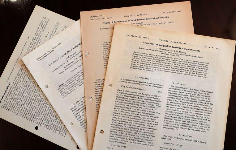 Enkele van de documenten van Stephen Hawking die geveild worden in Londen.