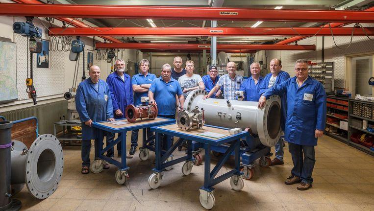De laatste werknemers van gasmeterfabriek Elster-Instromet in Silvolde (Achterhoek). Dit bloeiende Nederlandse familiebedrijf met 125 werknemers werd in 2001 verkocht aan het Duitse Ruhrgas. Beeld Harry Cock / de Volkskrant