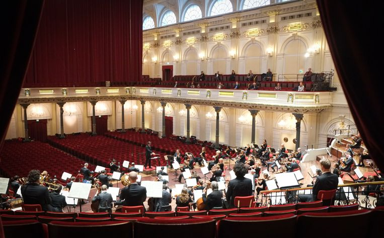 Het Concertgebouworkest speelt de Achtste symfonie van Dvorák voor dertig man publiek. Beeld Peter Tollenaar