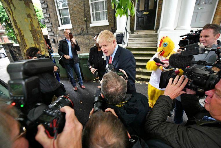 Kandidaat voor het partijleiderschap Boris Johnson verlaat woensdagochtend zijn huis.   Beeld AP