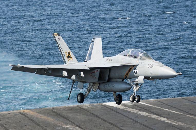 Een F/A-18F Super Hornet voert vanaf het Amerikaanse vliegdekschip USS George H.W. Bush luchtaanvallen uit op IS-stellingen in Syrië. Beeld null