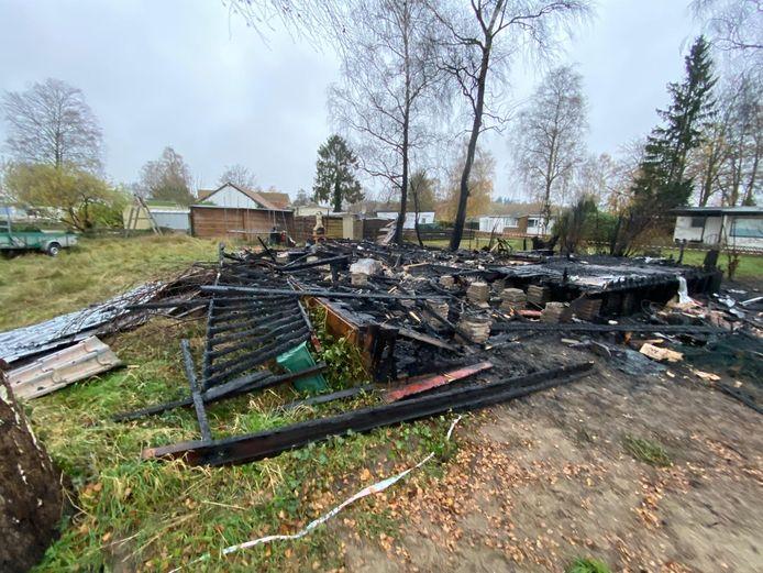Er is bijna niets meer over van het chalet dat dinsdagochtend afbrandde op Camping 't Haasje in Fortmond.