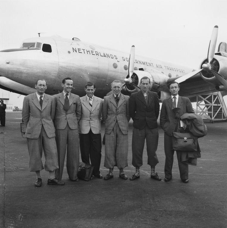 Vlnr: de renners Sijen, Lambrichts, Joosen, Van de Voorde en Pauwels en verslaggever Duyzings voor vertrek naar Spanje in 1946. Beeld Nationaal Archief