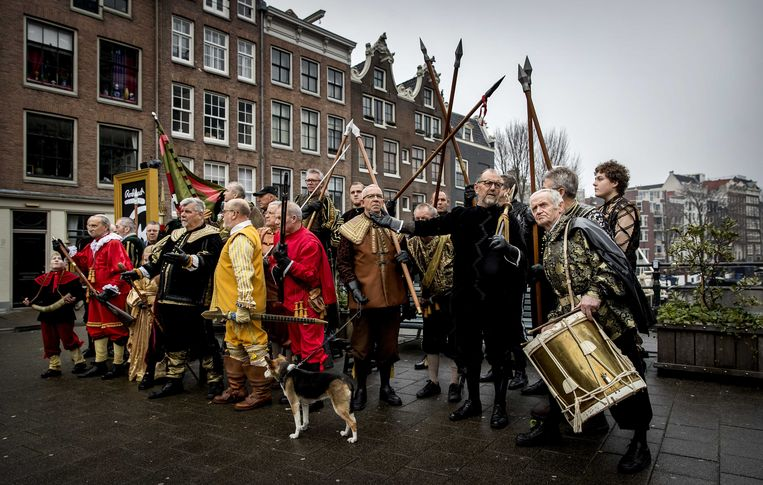 Als kick-off van het landelijke themajaar over Rembrandt werd een levende Nachtwacht gevormd bij het Rembrandthuis. Het is in oktober 350 jaar geleden dat de kunstenaar overleed.  Beeld ANP