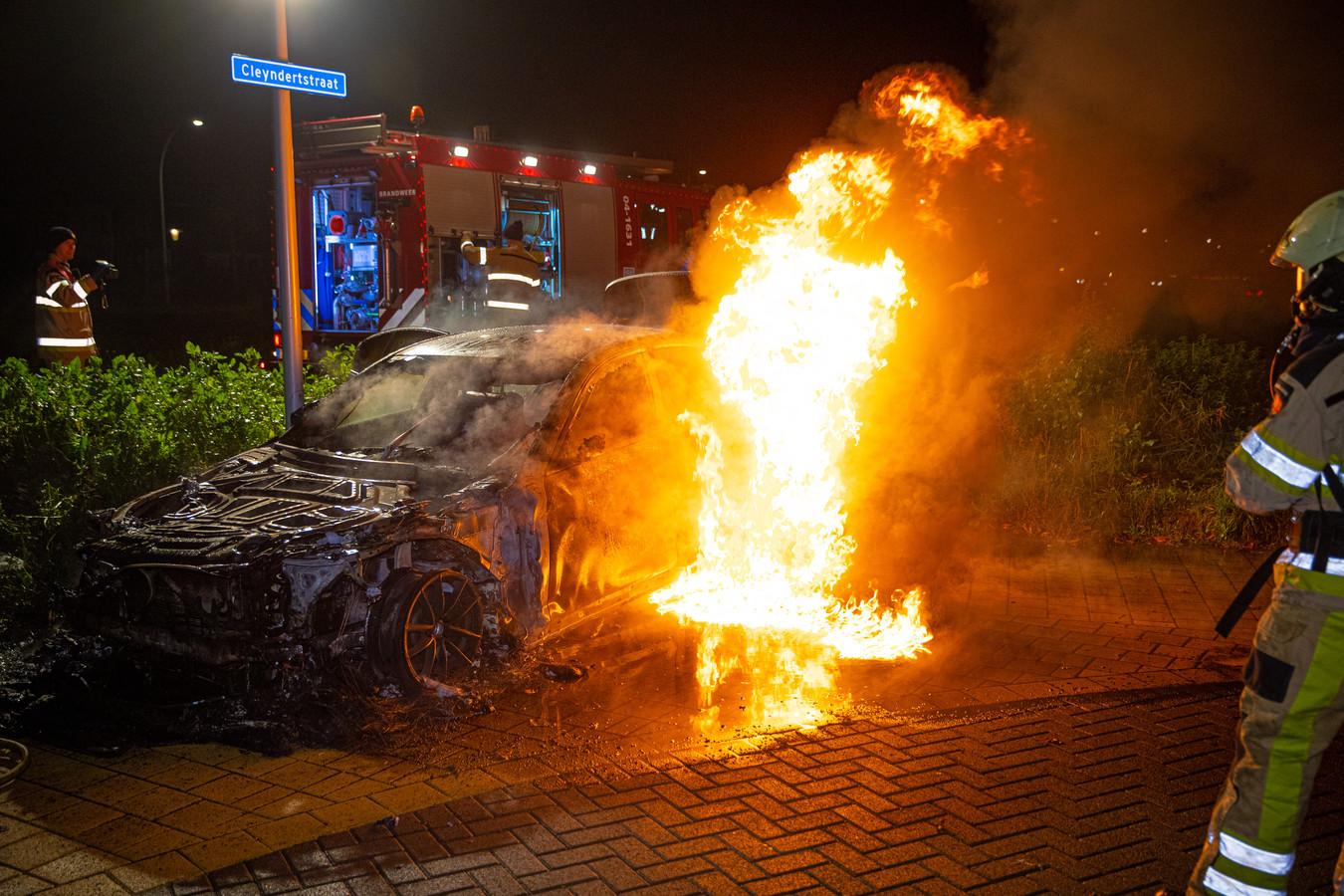 Autbrand vannacht in Zwolle. Van het uitgebrande voertuig bleef weinig meer over. Ook in Apeldoorn ging een auto in vlammen op.