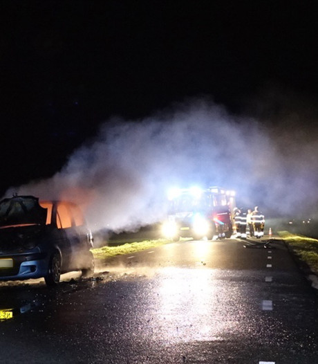 Auto brandt volledig uit langs weg bij De Krim