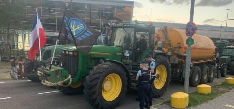 Boeren blokkeren toegangsweg Eindhoven Airport
