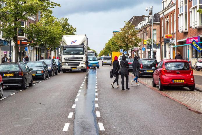 De drukke en chaotische Amsterdamsestraatweg. De gemeente komt met snelheidsremmende maatregelen, vooruitlopend op de herinrichting.